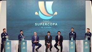 Ramos, Gayà, Rubiales, Bin Turki Alfaisal, Busquets y Saúl, en la presentación de la nueva Supercopa.