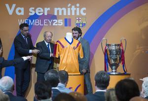 El presidente del FC Barcelona, Josep Maria Bartomeu, junto a Jose Mari Bakero y el expresidente Josep Lluís Núñez, en el acto de celebración del 25 aniversario de la final de Wembley.