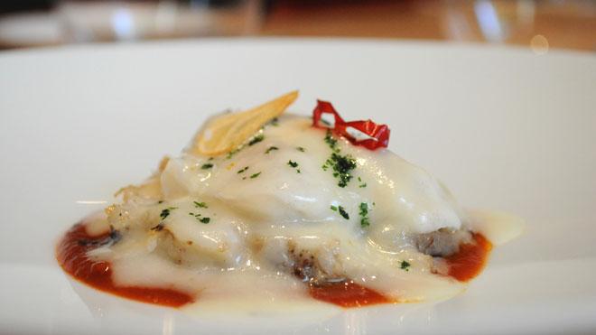 Ekaitz Apraiz, chef de Tunateca Balfegó, explica cómo hace la receta de oreja de atún rojo con cocochas al pilpil y salsa vizcaína.