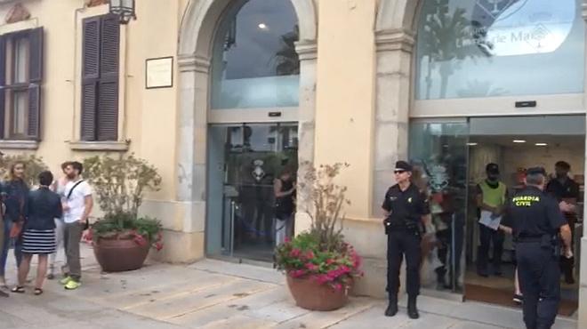Agentes de la Guardia Civil, esta mañana, en el Ayuntamiento de Lloret de Mar.