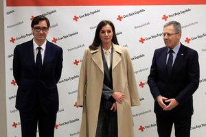 La reina Letizia (c) junto con el ministro de Sanidad, Salvador Illa (i) y el presidente de Cruz Roja Española, Javier Senent (d).