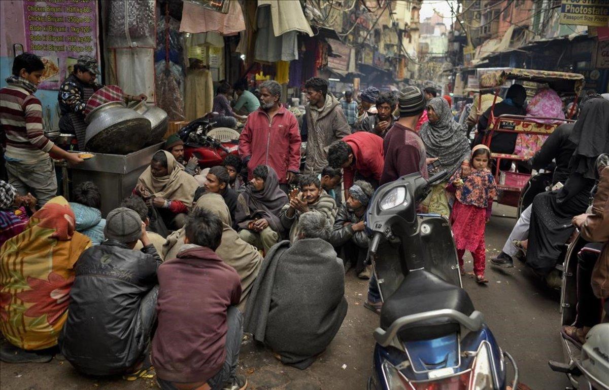 Reparto de comida a los más necesitados en Nueva Delhi.