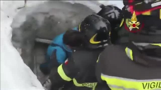 Halladas con vida 4 personas más dentro del hotel sepultado por una avalancha en Italia