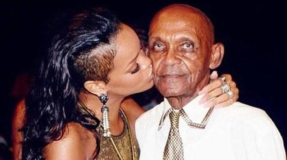 Rihanna besa a su abuelo en su 90º cumpleaños.