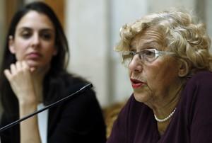 La alcaldesa de Madrid, Manuela Carmena, junto a la portavoz municipal, Rita Maestre.