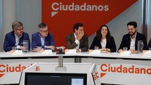 Rivera, entre Villegas y Arrimadas y junto a otros dirigentes de Ciudadanos, durante la reunión del Comité Ejecutivo que han celebrado este lunes.