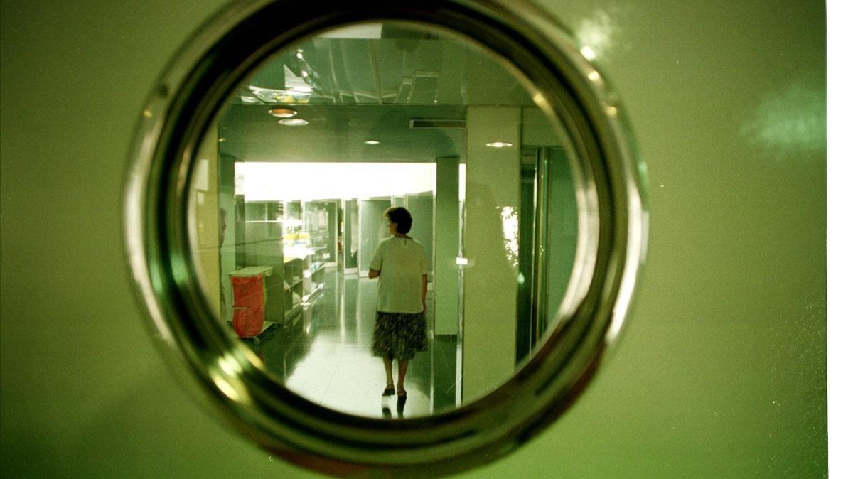 Els hospitals catalans obren les UCI als familiars més pròxims