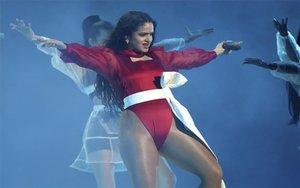 La cantante Rosalia en la presentación de los premios Grammy Latinos.