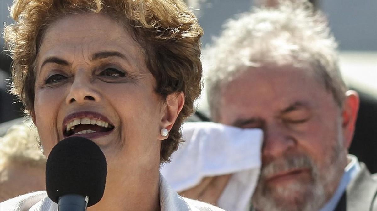 Rousseff se dirige a los brasileños, con Lula detrás.