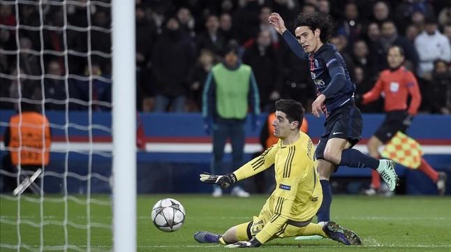 Cavani supera a Courtois en el gol del triunfo del PSG.