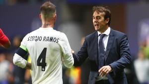 Lopetegui se dirige a Ramos durante el partido disputado en Tallin.