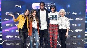 El ganador de OT 2018, con Sabela, Julia, Natalia y Alba Reche.