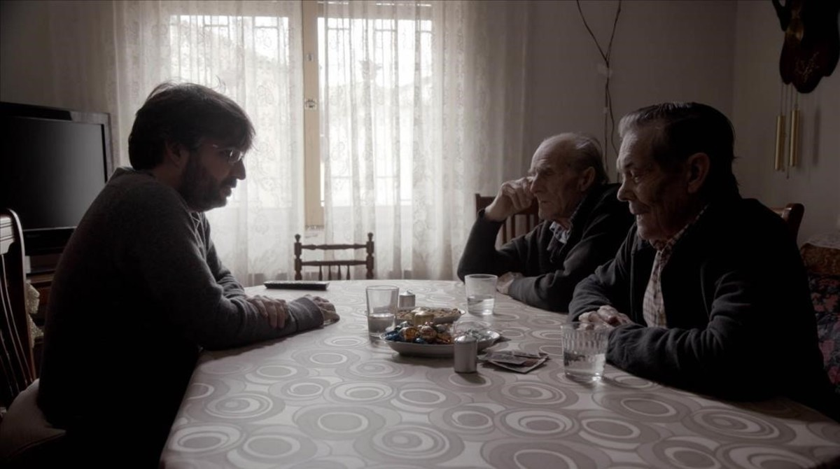 Jordi Évole conversa con unos ancianos, en 'Salvados'.