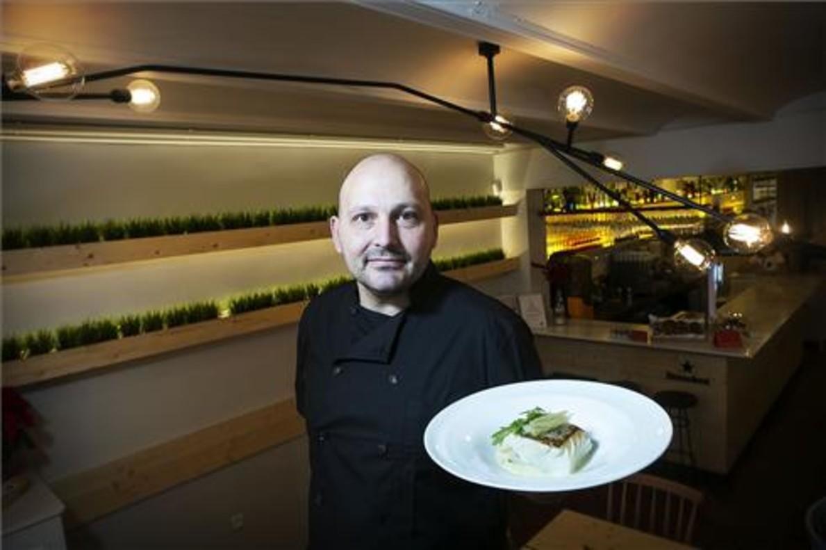 Santi Rebés, en el comedor del renovado restaurante Embat. Foto: Joan Cortadellas