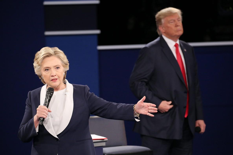 La candidata demócrata, Hillary Clinton, toma la palabra durante el segundo debate presidencial con el candidato republicano, Donald Trump.