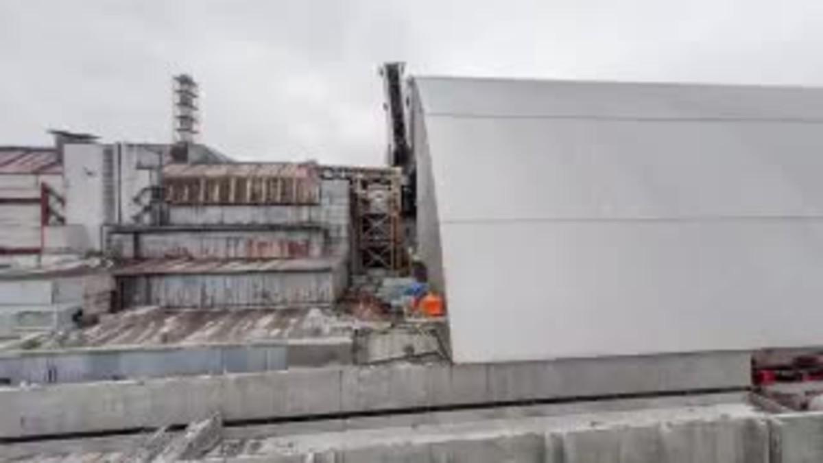 Vídeo que mostra el trasllat del sarcòfag gegant fins a la central de Txernóbil.