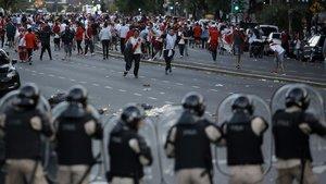 Seguidores de River Plate colisionan con la policía antes de la Libertadores aplazada.