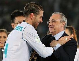 Sergio Ramos saluda a Florentino tras ganar el último Mundial de clubs en Abu Dabi.