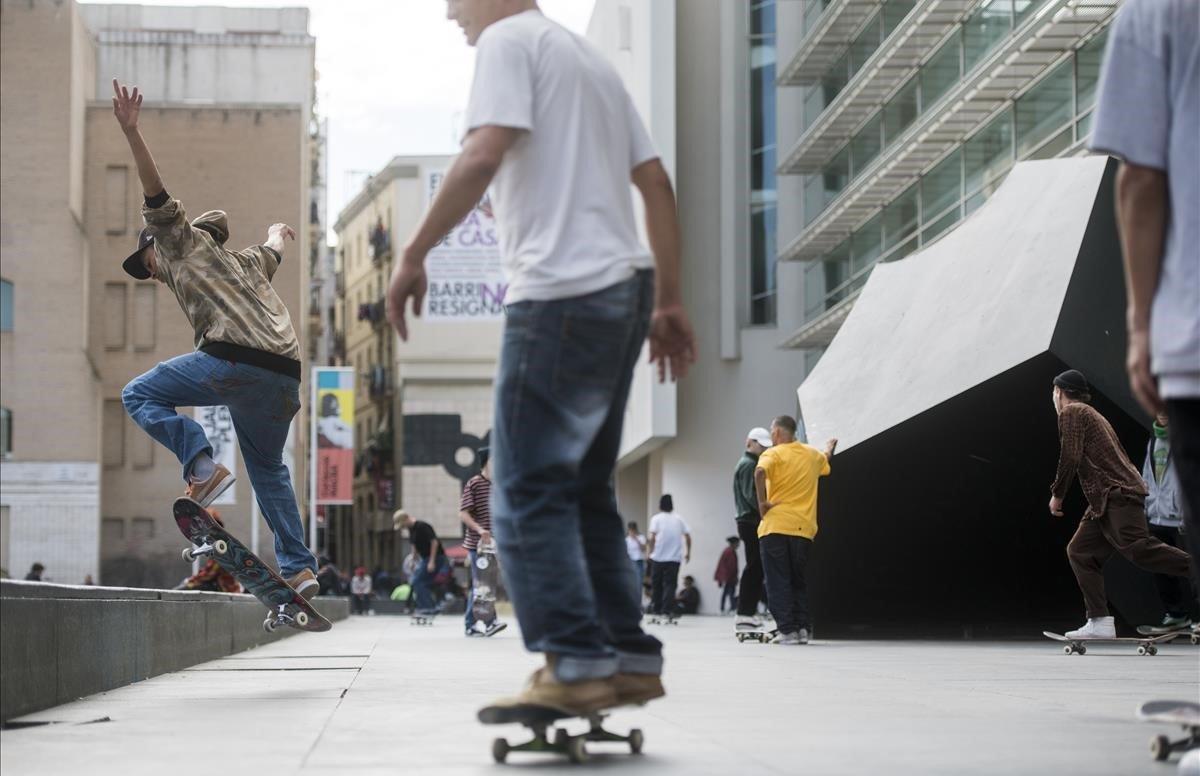 Skaterspracticando frente al Macba en la plaza dels Angels