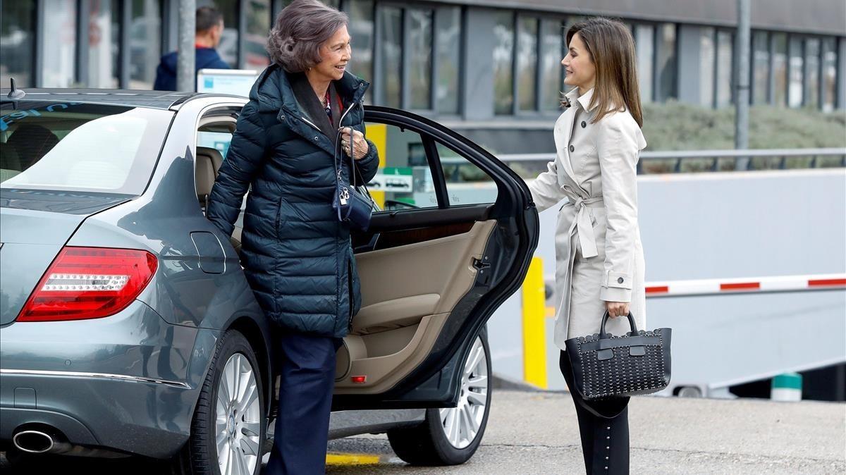 Letizia le abre la puerta a Sofía, a su llegada al hospital.