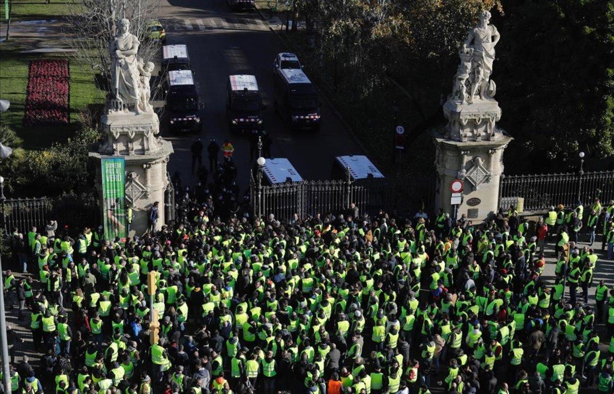 Taxistas en huelga, a las puertas del parque de la Ciutadella, protegido por los Mossos.