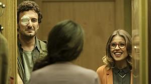 Betsy Túrnez abre la puerta a Ruth Llopis y Miki Esparbé, en una escena de 'El rei borni'.