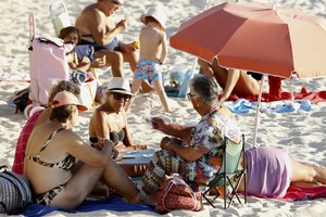 Un grupo de personas disgrutan del sol en la playa de Samil en Vigo donde este fin de semanase han registrado hasta 29 grados.
