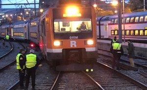 El tren que se ha salido del eje del carril en la Estació de França.