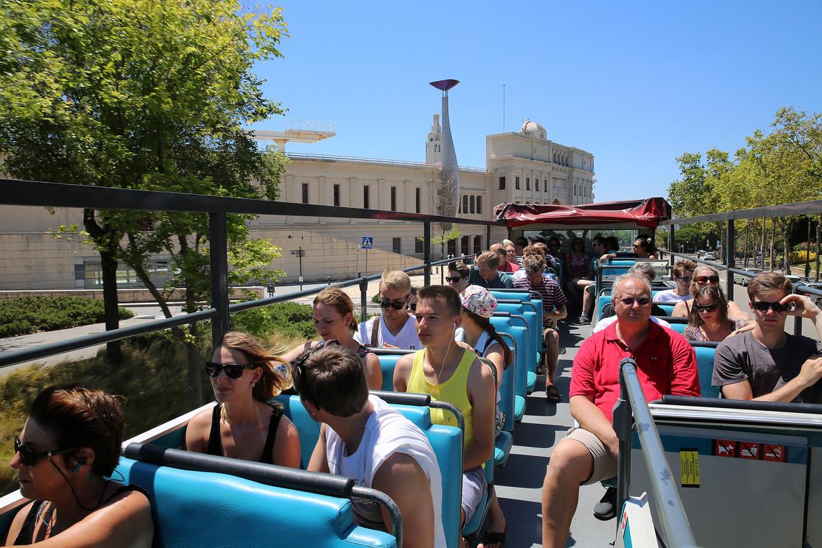 Visitantesen un Bus Turístic de Barcelona.