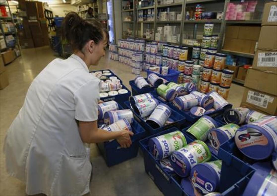 Una farmacéutica retira potes de leche en polvo, ayer en Anglet (Francia).