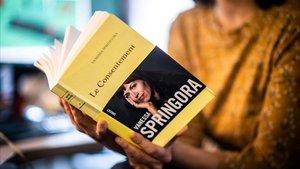 Una mujer lee el libro 'Le Consentement', de Vanessa Springora.