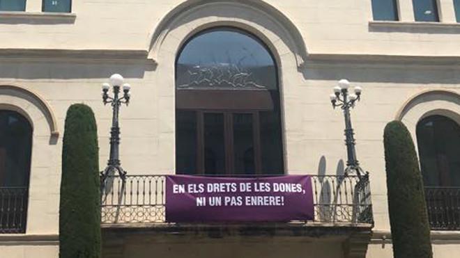 Una nueva pancarta luce en el balcón del ayuntamiento de Badalona.