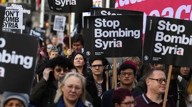 May niega presión de EEUU en el ataque a Siria y defiende su legalidad en el Parlamento