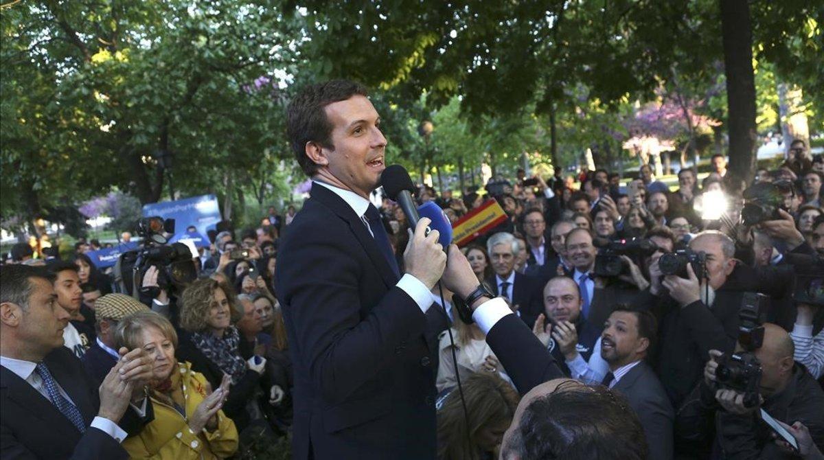 Pablo Casado, este jueves, se dirige a dos centenares de personas que no han podido entrar en el acto de arranque de la campaña, en el parque del Retiro.