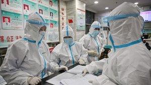 Médicos con ropas protectoras en el Red Cross Hospital de Wuhan, el sábado.