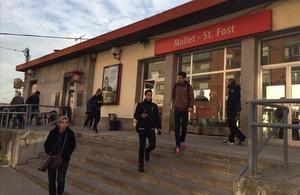 Varios usuarios salen de la estación de Renfe de Mollet Sant Fost.