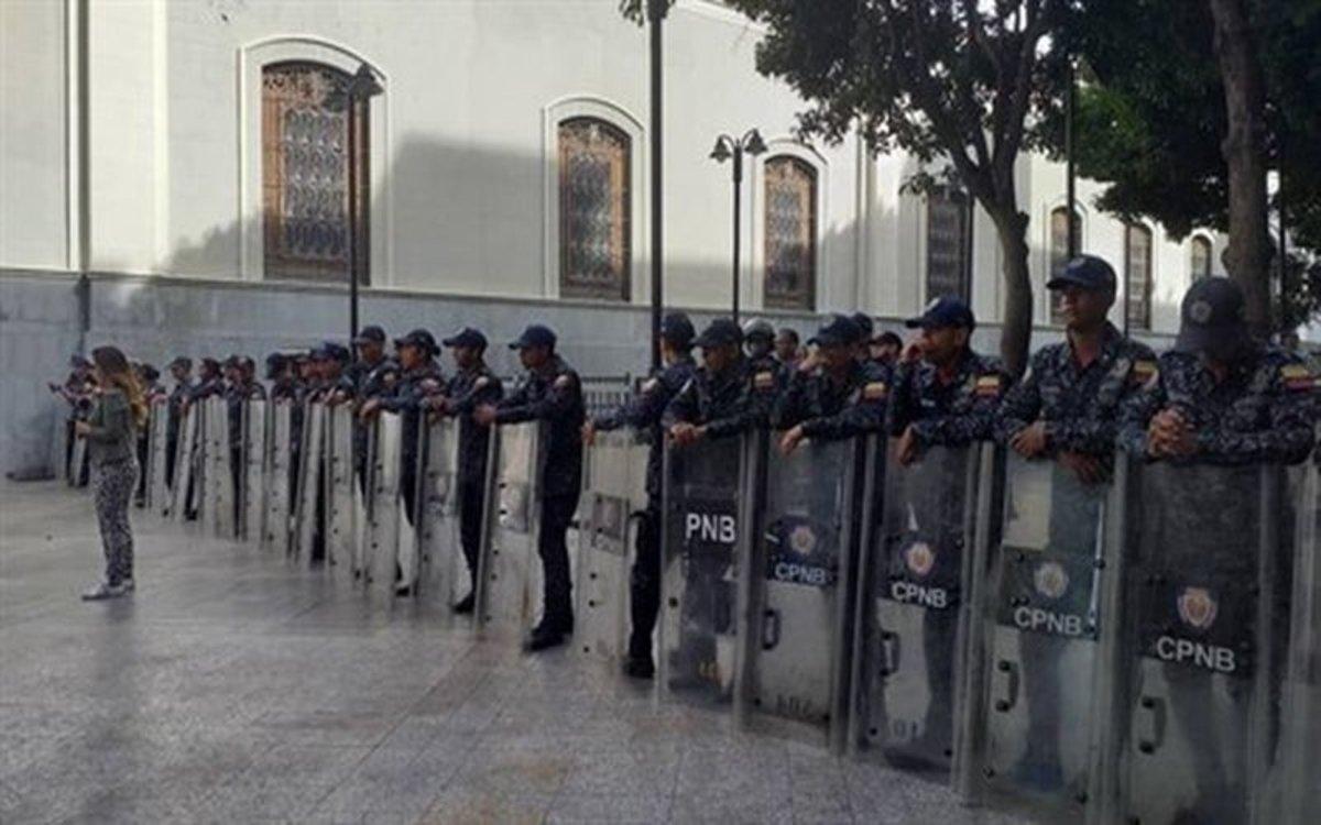 Resultado de imagen para La policía impide a los diputados el acceso al Parlamento Venezolano
