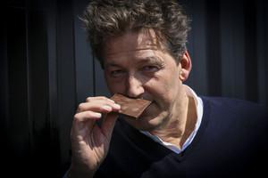El maestro chocolatero belga Piere Marcolini, huele una tableta de chocolate.