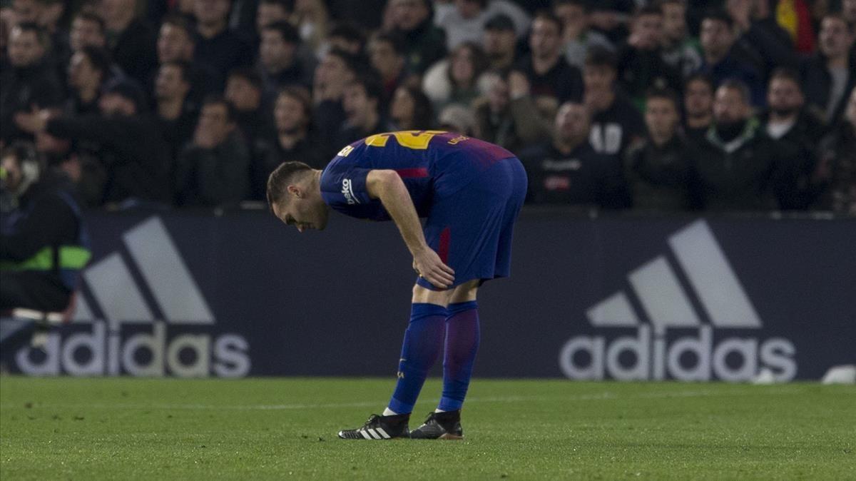 Vermaelen se toca el muslo izquierdo tras su lesión en el Benito Villamarín.