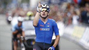 Vivini señala al cielo al cruzar la línea de meta como nuevo campeón de Europa de fondo.