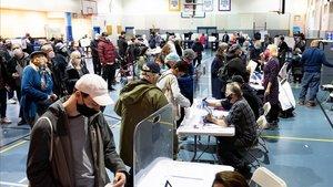 Votantes de Nueva York hacen cola en un centro de votación anticipada, este domingo.