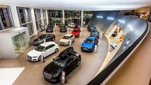 Interior de un concesionario de automóviles.