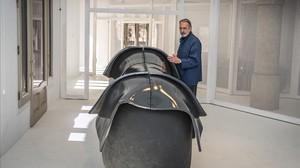 Frederic Amat, junto a una de sus enormes crisálidas en el espacio desnudo de La Pedrera.