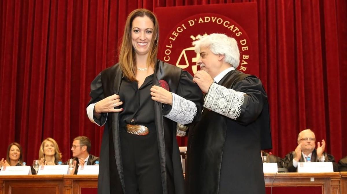 Maria Eugènia Gay toma posesión de su cargo. Le impone la toga el decano saliente, Oriol Rusca.