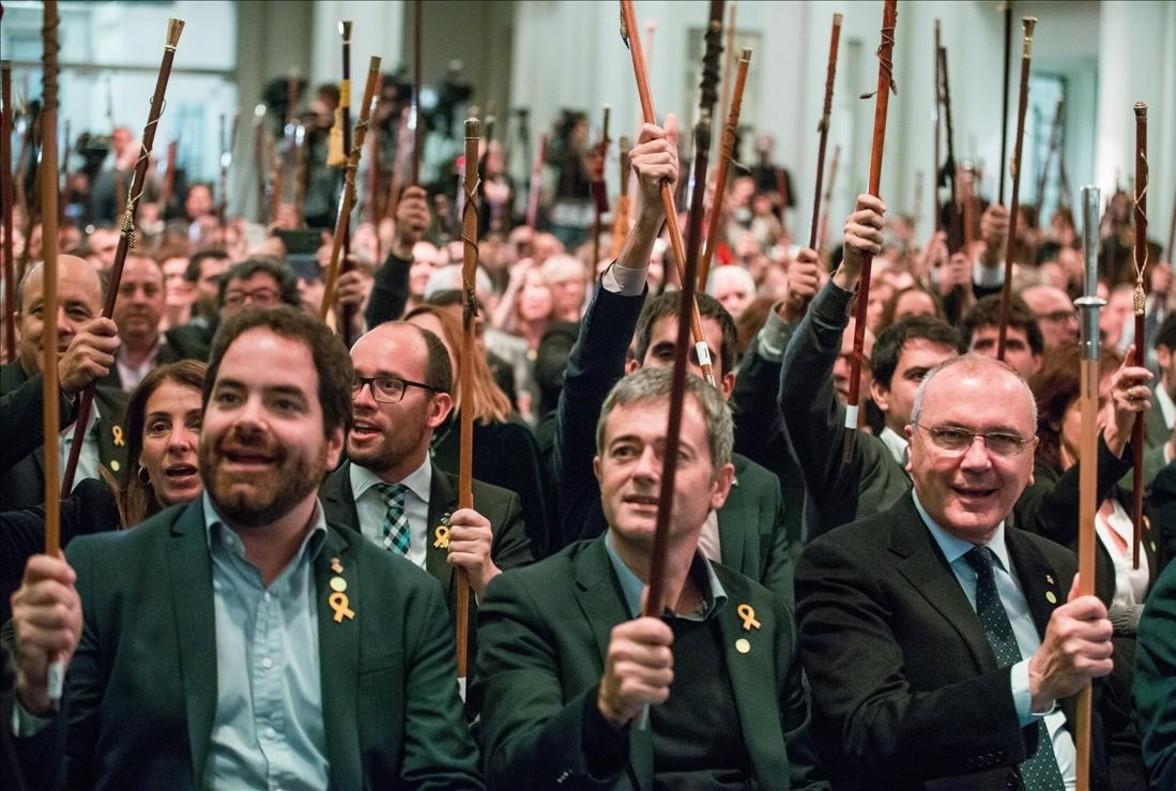 Varios alcaldes saludan al expresidente Puigdemont, fuera de la imagen, en Bruselas.