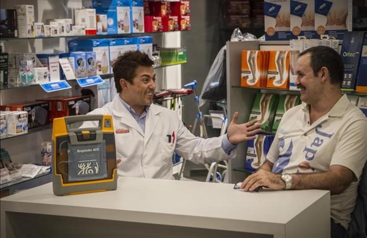 Franc Capdevila, Enrique Ramos y el desfibrilador sin el que esta fotografía sería imposible, el pasado martes.