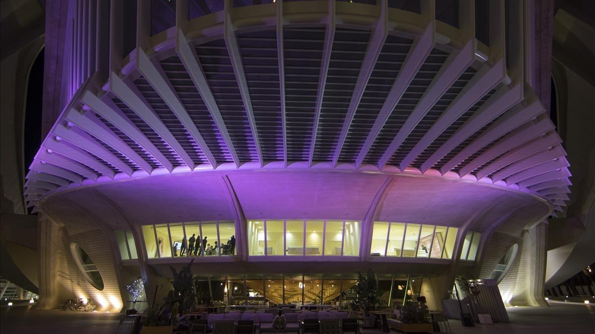 Imagen nocturna delPalau de les arts de Valencia.