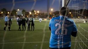 El portero de Rotodos coloca la barrera en el partido contra la Albirrojita de Catalunya.
