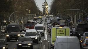 Gran Via, con la plaza de Espanya al fondo, tomada este jueves por los coches a primera hora de la mañana.