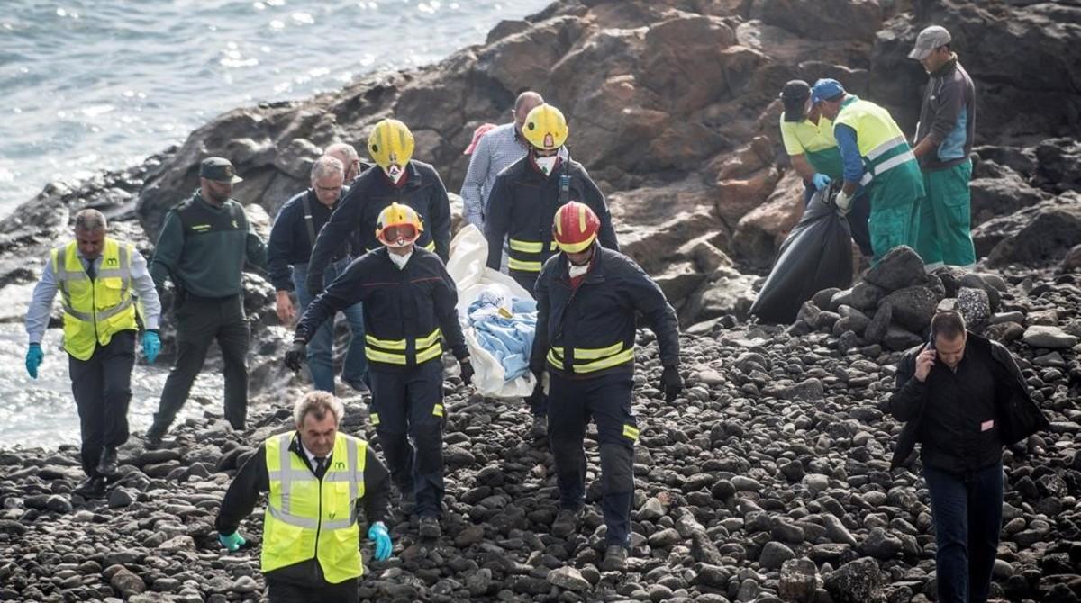 Miembros de los Servicios de Emergencias trasladan el cuerpo de uno de los fallecidos en una patera en Lanzarote.